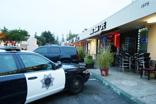 Xe cảnh sát trước quán cà phê Xinh Xinh ở San José.