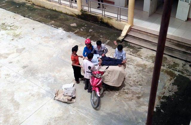 Hình ảnh thi thể bệnh nhân S. được gia đình quấn chăn, chở về bằng xe máy. (Ảnh: Facebook D.H.Q)