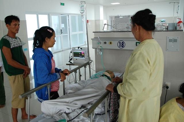 Cháu Trịnh đang được cấp cứu tại khoa hồi sức và được các bác sỹ điều trị và chăm sóc đặc biệt