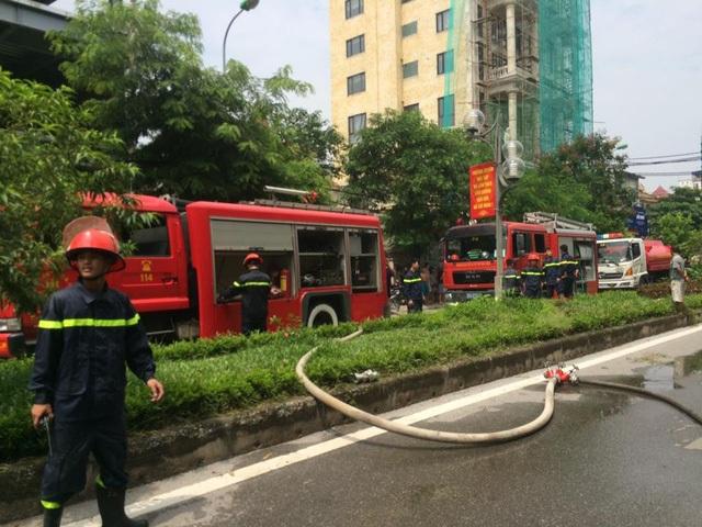 3 xe chữa cháy cùng hàng chục lính cứu hỏa được điều đến hiện trường chiếc xe buýt đang bốc cháy.