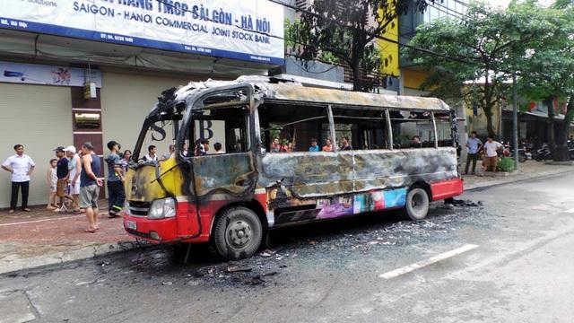 Hà Nội: Xe buýt bốc cháy dữ dội, hành khách hoảng loạn tháo chạy - 5