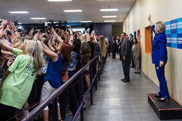 Nhiều người đã quay lưng về phía bà Hillary để selfie. (Nguồn: twitter.com)