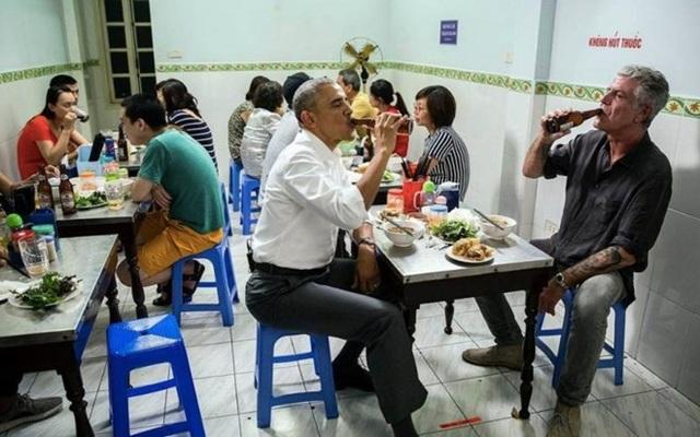 Ông Obama uống bia và ăn bún chả với ông Bourdain khi ở Hà Nội. (Nguồn: Daily Beast)