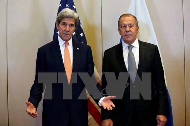 Ngoại trưởng Nga Sergei Lavrov (phải) và Ngoại trưởng Mỹ John Kerry (trái) trong cuộc gặp tại Geneva, Thụy Sĩ ngày 9/9. (Nguồn: AFP/TTXVN)
