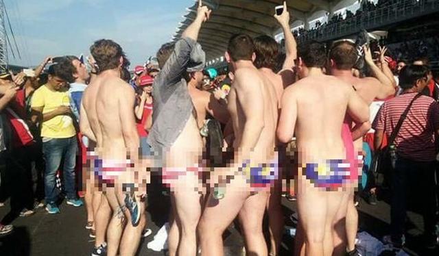 Hình ảnh những thanh niên Australia mặc đồ lót in hình cờ Malaysia gây phẫn nộ. (Ảnh: CNA)