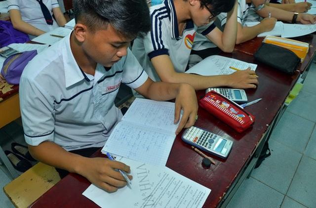 Học sinh ôn luyện tại một trung tâm luyện thi tại TP HCM vào tối 6-10. (Ảnh: Tấn Thạnh)