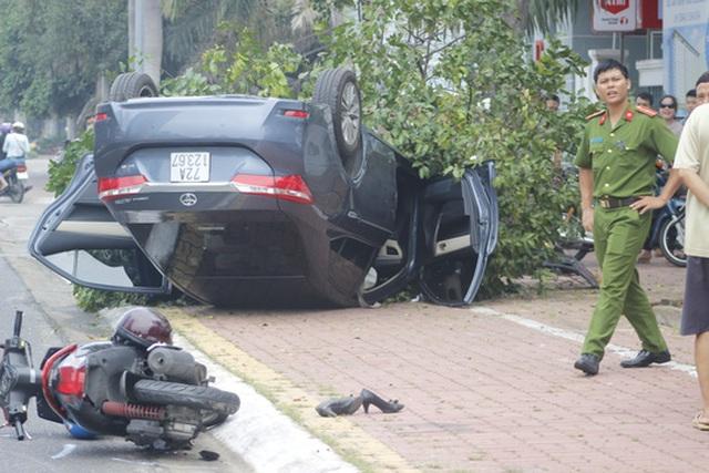 Sau khi va chạm với chiếc xe máy, xe 4 chỗ bay thẳng lên cây