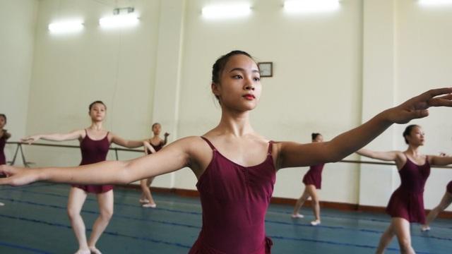 Nguyễn Thanh Ngân, nữ sinh viên Hà Nội có đam mê ballet từ 7 tuổi. Vào trường từ năm 12 tuổi, đến nay Ngân đã qua năm thứ tư và là một trong những sinh viên khá của lớp.