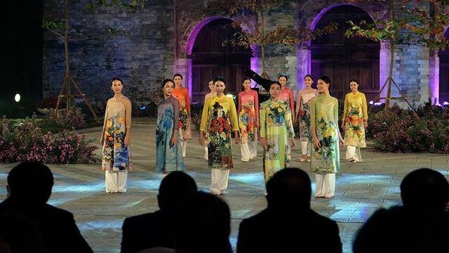 Duyên dáng hình ảnh tà áo truyền thống Việt trong đêm khai mạc - 9