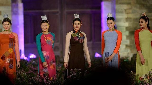 Duyên dáng hình ảnh tà áo truyền thống Việt trong đêm khai mạc - 12