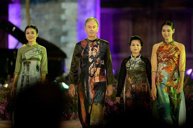 Duyên dáng hình ảnh tà áo truyền thống Việt trong đêm khai mạc - 13