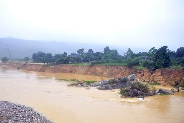 Bờ sông Ngàn Sâu, huyện Hương Khê bị sạt lở do mưa lũ gây ra.