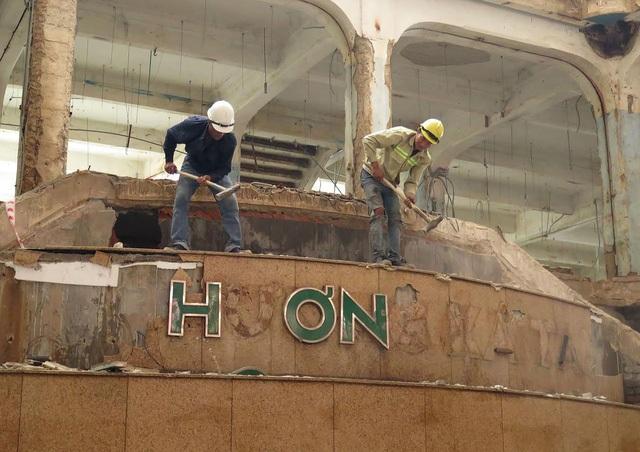 Sau gần 2 năm đóng cửa, Thương xá Tax - Trung tâm thương mại lâu đời nhất Sài Gòn - đã bị tháo dỡ, đập bỏ để nhường chỗ cho tòa cao ốc hiện đại 40 tầng sắp mọc lên. (Ảnh: Nguyễn Quang)