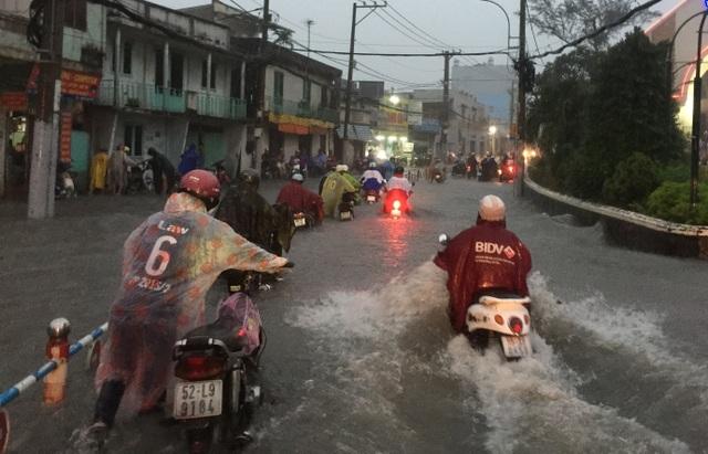 Mưa lớn kết hợp triều cường, nước dâng cuồn cuộn trên đường phố Sài Gòn - 3