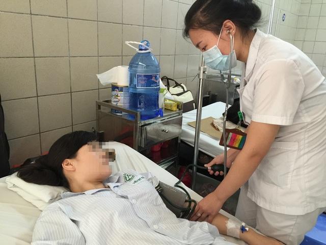 Chăm sóc cho bệnh nhân bị nhiễm độc chì tại Trung tâm Chống độc, Bệnh viện Bạch Mai. Ảnh: Võ Thu
