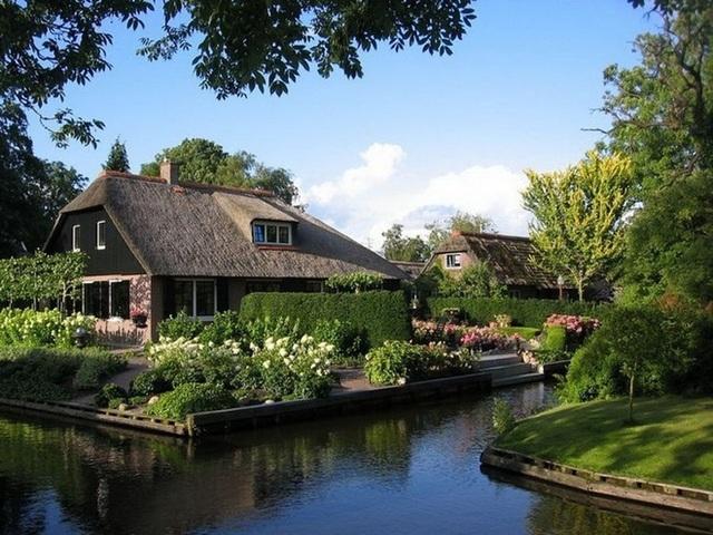 Ngôi làng 700 năm không sửa đường, đến nhà hàng xóm phải chèo thuyền - 1