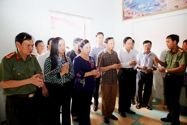 Phu Nhân Chủ tịch nước Trần Đại Quang thăm gia đình cháu bé bị lũ cuốn trôi tại xã Hưng Trung, huyện Hưng Nguyên - ảnh Phi Thanh