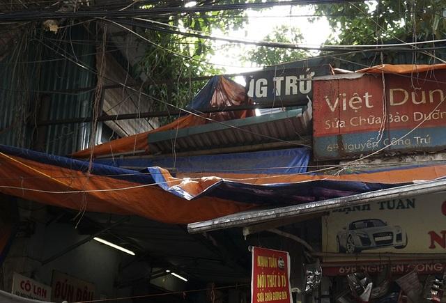 Người dân cho biết chợ có tên Chợ Nguyễn Công Trứ, tấm biển này đã hỏng từ lâu rồi.