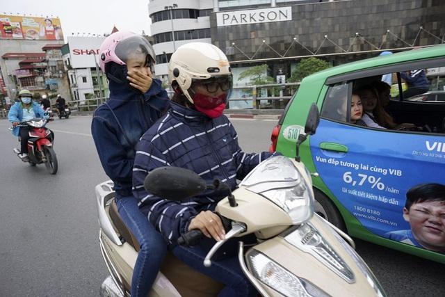 Hầu hết người dân ra đường phải sử dụng áo khoác, lần đầu tiên trong mùa lạnh năm nay.