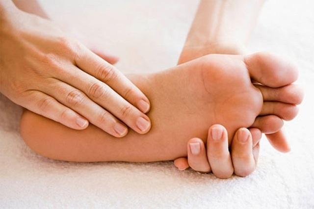 Trời lạnh, bôi dầu ở lòng bàn chân để chữa ho như thế nào? - 1