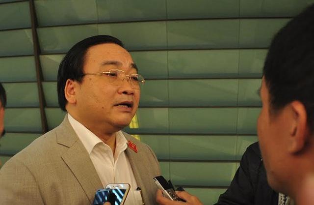 Bí thư Thành ủy Hà Nội trao đổi với báo chí bên hành lang Quốc hội sáng nay 2/11. (Ảnh: Quang Phong)