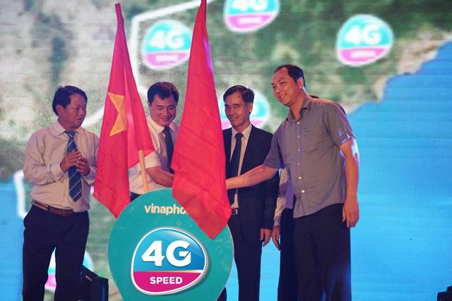 Đại diện các Bộ - Ban ngành và đại diện VNPT VinaPhone thực hiện nghi thức khai trương chính thức 4G tại Phú Quốc.