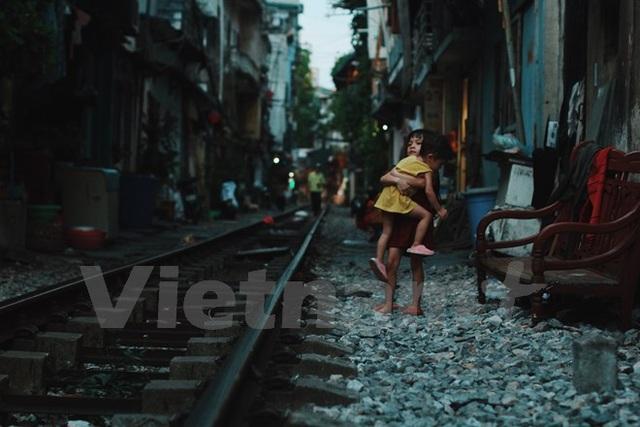 Hai đứa trẻ... (Ảnh: Thanh Dung/Vietnam+)