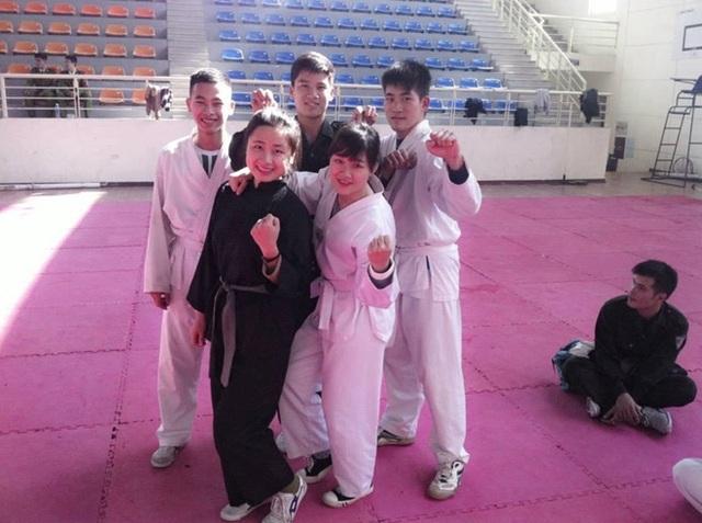 Hồng Bích (hàng đầu bên trái) và các bạn cùng lớp trong buổi tập võ thuật.