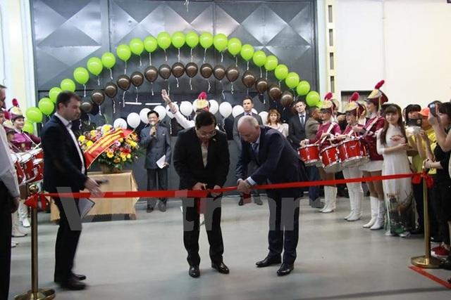 Đại sứ Nguyễn Thanh Sơn và Lãnh đạo khu công nghiệp nhẹ cắt băng khánh thành. (Ảnh: Dương Trí/Vietnam+)