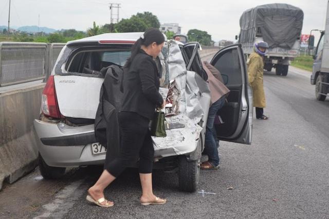 Chiếc xe con 4 chỗ bị hư hỏng nặng sau khi bị xe khách đâm từ phía sau, khiến 1 người bị thương nặng.