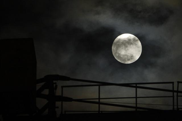 Siêu trăng phía sau một cánh tay cần cẩu, lúc 19h.