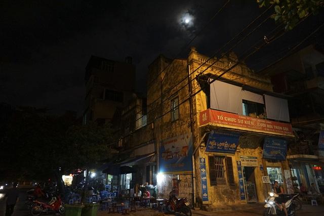 Mặt trăng lên cao phía trên một ngôi nhà cổ. Buổi tối có siêu trăng cũng là ngày rằm, không gian đêm tràn ngập ánh trăng sáng hiếm có.