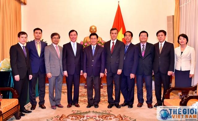 Phó Thủ tướng, Bộ trưởng Ngoại giao Phạm Bình Minh cùng các đại biểu dự lễ trao quyết định. Ảnh TGVN