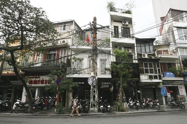 Cây cột điện sắt lâu đời trên đoạn ngã ba phố Hàng Bông và Phùng Hưng (quận Hoàn Kiếm). Suốt dọc phố Hàng Bông hiện nay còn lại 4 chiếc cột đèn loại này.