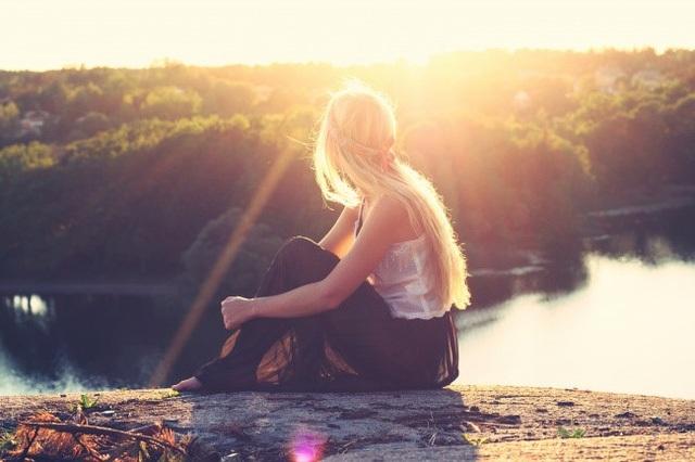 Một mình với thiên nhiên: Khi con người hòa hợp với thiên nhiên, họ sẽ tạm quên đi những vấn đề đang gặp phải và học cách lắng nghe trái tim mình. Hãy thử nhìn lên bầu trời sao hay ngắm hoàng hôn bên bờ sông hoặc thưởng thức tiếng chim hót trên cành cây cao. Những khoảnh khắc như vậy sẽ khiến bạn cảm thấy cuộc sống ý nghĩa hơn biết bao nhiêu.