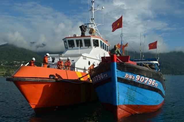 Tàu SAR 274 đã đưa 3 ngư dân và tàu ĐNa 90796 TS về Đà Nẵng an toàn