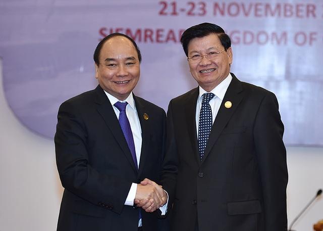 Thủ tướng Nguyễn Xuân Phúc và Thủ tướng Lào Thongloun Sisoulith. Ảnh: VGP/Quang Hiếu
