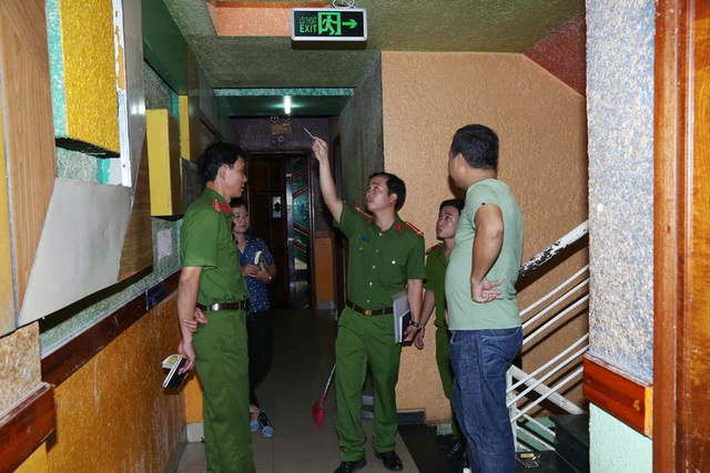 Đoàn kiểm tra lên ngành thị sát các cơ sở karaoke tại tỉnh Thừa Thiên Huế từ lối thoát hiểm