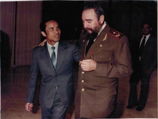 Ông Nguyễn Đình Bin và Lãnh tụ Cuba Fidel Castro.