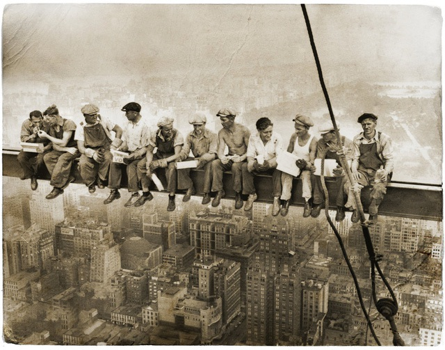 Trải qua hơn 80 năm, bức hình đã được chỉnh màu theo từng góc nhìn của các nhiếp ảnh gia. Tuy nhiên, tác giả của bức hình chưa bao giờ xuất hiện.