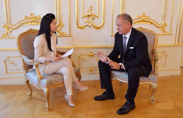 Lan Anh phỏng vấn Tổng thống Slovakia Andrej Kiska. Ảnh: NVCC