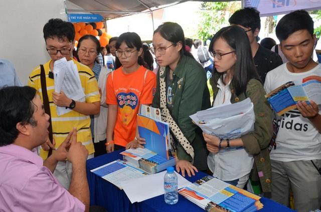 Học sinh tìm hiểu thông tin vào Trường ĐH Khoa học Xã hội và Nhân văn - ĐHQG TP HCM. (Ảnh: Tấn Thạnh)