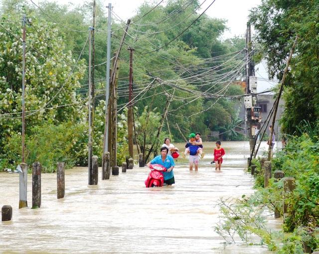 Sáng 3/12, lũ đang xuống chậm nên nhiều khu dân cư vẫn bị ngập nước