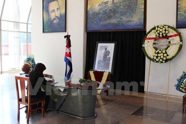 Đại sứ Lê Linh Lan ghi lưu bút khi đến viếng lãnh tụ Cuba Fidel Castro. (Ảnh: Lưu Việt Hùng/Vietnam+)