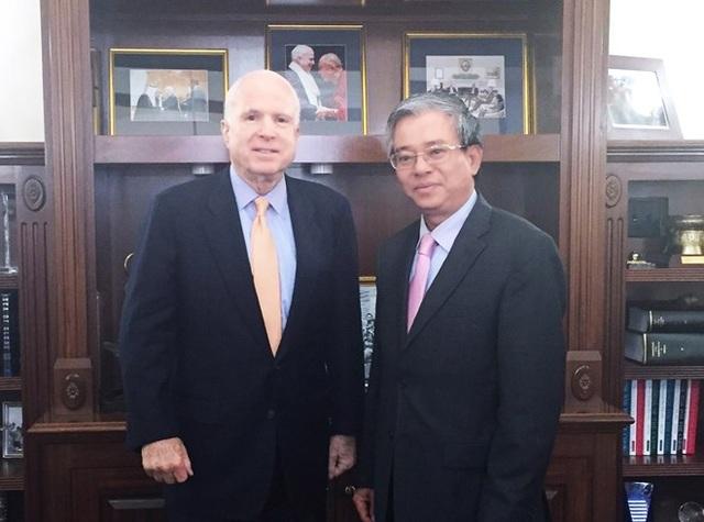 Đại sứ Phạm Quang Vinh trong cuộc gặp gỡ Thượng nghị sỹ Mỹ John McCain.