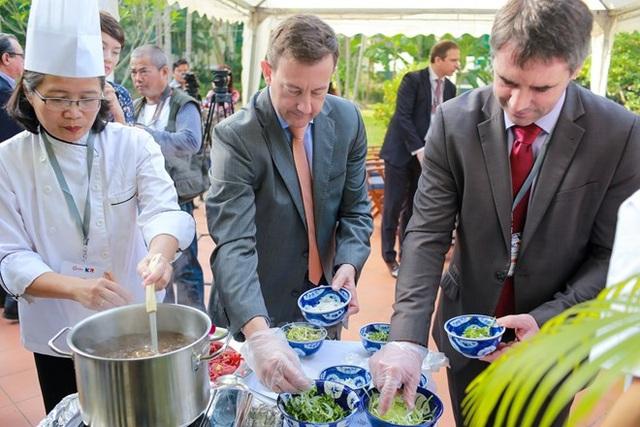 Đại sứ Pháp tại Việt Nam, ngài Bertrand Lortholary trổ tài nấu món Phở. (Ảnh: Minh Sơn/Vietnam+)