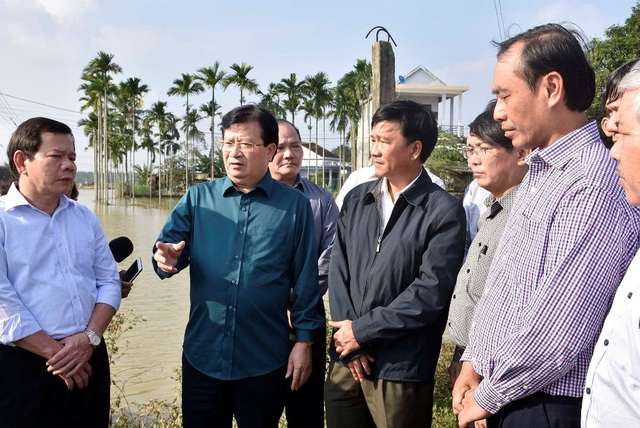Phó Thủ tướng Trịnh Đình Dũng cùng lãnh đạo tỉnh Quảng Ngãi thị sát vùng lũ