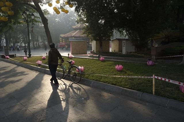 Triển lãm Mỗi làng nghề một sản phẩm, do Hiệp hội xuất khẩu hàng thủ công mỹ nghệ Việt Nam phối hợp với Trung tâm Xúc tiến đầu tư thương mại và du lịch Hà Nội tổ chức, khai mạc tối 9/12 tại vườn hoa Lý Thái Tổ bên hồ Gươm. Đây là hoạt động nhằm tạo điểm nhấn thu hút khách du lịch đến Thủ đô, góp phần quảng bá, nâng cao năng lực và sức cạnh tranh của các doanh nghiệp làng nghề truyền thống.