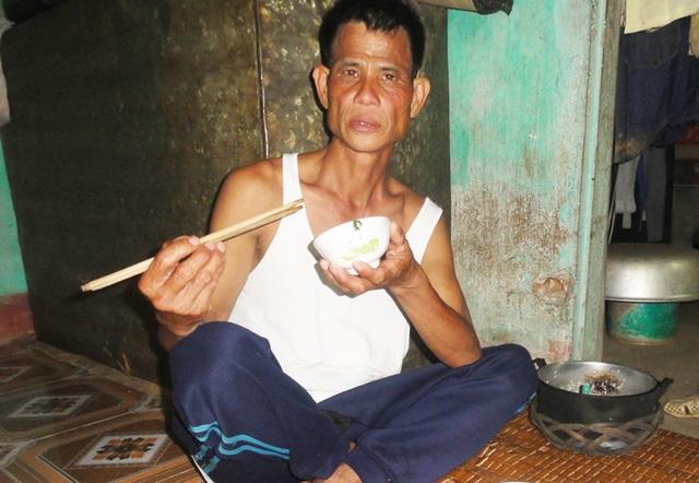 Mặc dù đã đi hết nửa cuộc đời nhưng ông Mền mới chỉ được ăn 4 bữa no. Ảnh: ĐT