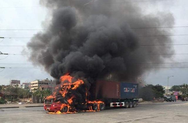 Chiếc xe bốc cháy rừng rực ngay trong nội thành Hải Phòng (ảnh CTV)